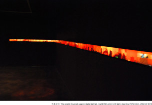 s주홍-포차_The-scarlet-Covered-wagon-_digital-light-jet_bactlit-film-print-_770x12cm_2010-_install_television12-gallery